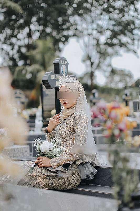 Seorang model berfoto di atas pusara makam yang kini viral danramai dihujat warganet