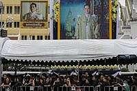 Masyarakat yang menunggu untuk melihat upacara terakhir Raja Rama XI