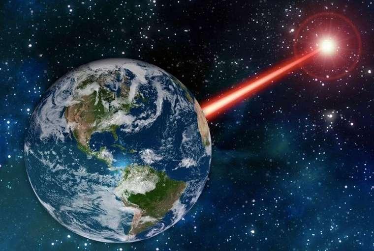 Ilustrasi sinyal laser untuk memanggil alien. (MIT News)