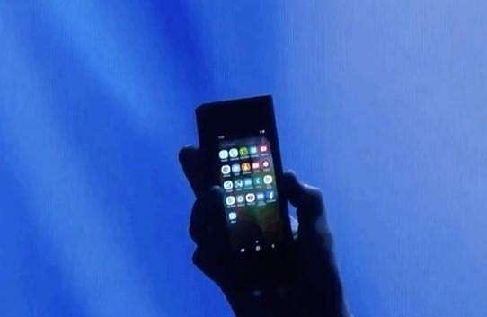Smartphone lipat Samsung saat posisi ditutup. (The Verge)