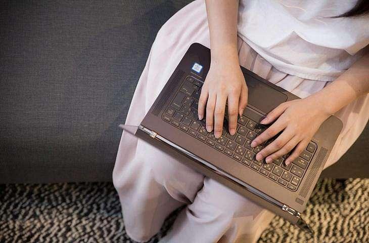 Ilustrasi wanita mengakses internet dengan laptop. (Pakutaso)