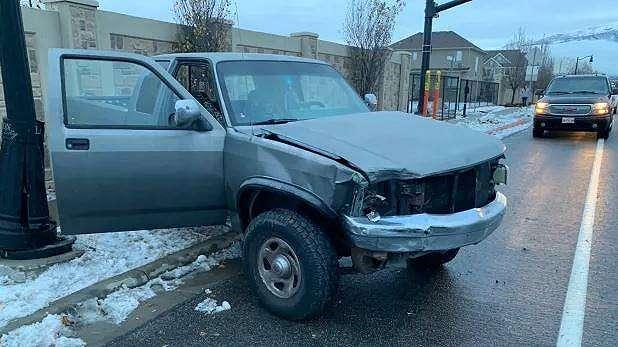 Supir dari kendaraan ini adalah pelaku Bird Box Challenge. (Layton Police Department)