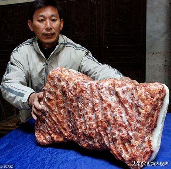 Petani lokal China menemukan batu babi. (Feedy TV)