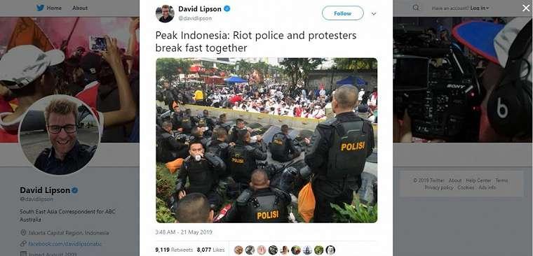 Polisi dan demonstran buka puasa bersama. (twitter/davidlipson)