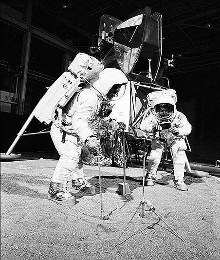 Astronaut Edwin E. Aldrin Jr (di sebelah kiri) dan Astronaut Neil A. Armstrong, komandan Apollo 11 (NASA)