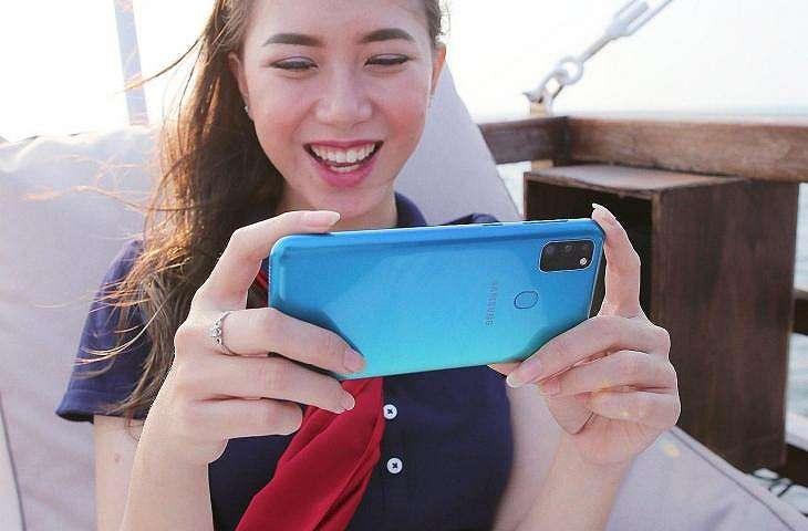 Seorang model sedang menggunakan Samsung Galaxy M30s. (Samsung)