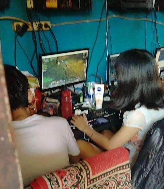 Kosmetik yang dibawa gamer cewek ini membuat netizen salfok. (Facebook/ Risa Carissa)