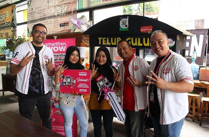 Ratna Maya Sari, pelanggan Smartfren asal Lampung menjadi yang paling beruntung mendapatkan satu unit rumah senilai miliaran rupiah dari undian Smartfren WOW. (dok. Smartfren)