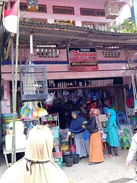 Toko yang tertulis menjual alat musik tetapi menjajakan perlengkapan plastik rumah tangga bikin salfok. (Facebook/ Rakyat +62)