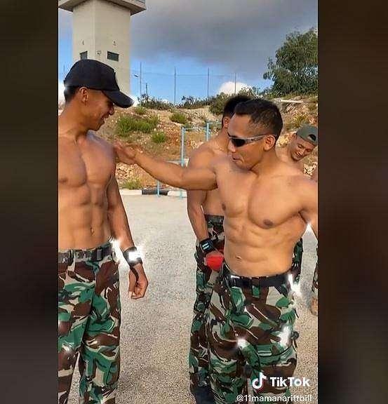 Tentara yang pamer perut six pack ini bikin netizen heboh. (TikTok/ @11maman_ariff_bill)