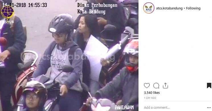 Pembonceng ngegas gemas karena melanggar peraturan lalu lintas. (Instagram/@atsc.kotabandung)