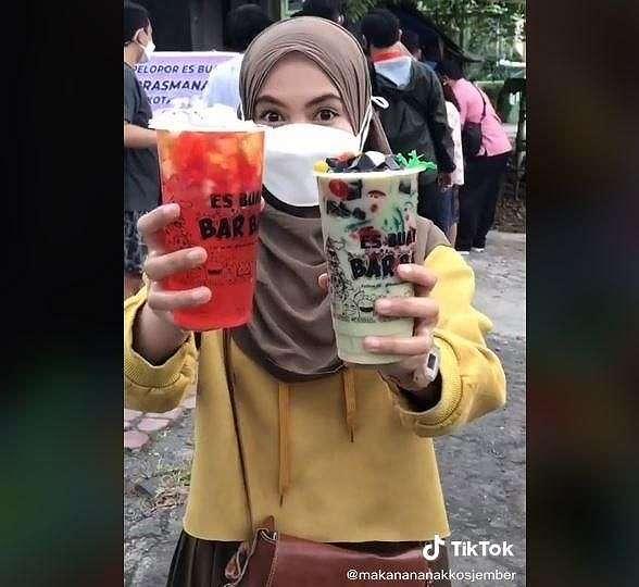 Es buah prasmanan yang dijual murah ini bikin netizen ngiler. (TikTok/ @makanananakkosjember)