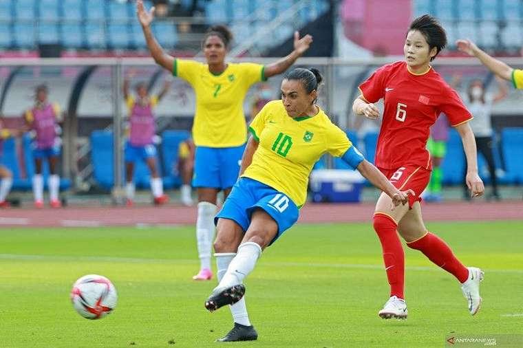 Gelandang timnas Brazil Marta sesaat sebelum mencetak gol dalam pertandingan sepak bola lawan China di Olimpiade Tokyo 2020 di Miyagi Stadium, Miyagi, Rabu (21/7/2021). ANTARA/AFP/Kohei Chibagara