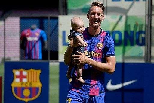 Luuk de Jong diperkenalkan sebagai pemain anyar Barcelona di Camp Nou, Kamis (9/9/2021). [AFP]