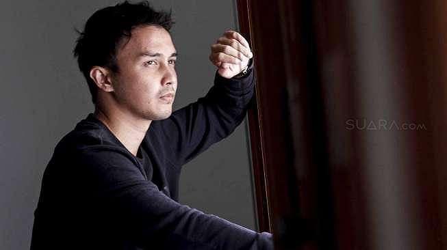 Aktor layar lebar Dimas Aditya saat berkunjung ke kantor suara.com di Jakarta, Kamis (23/2).