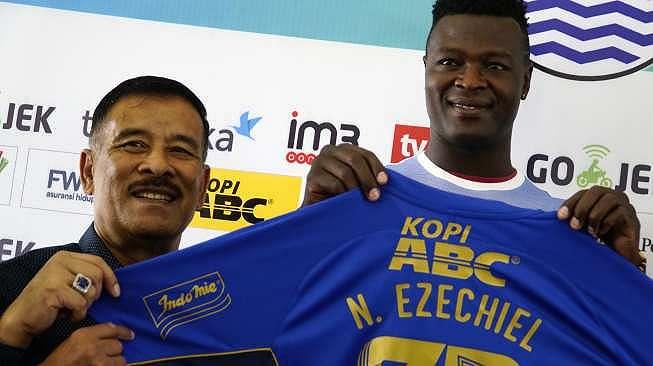 Striker baru Persib Bandung, Ezechiel N'Douassel (kanan) berfoto bersama manajer Persib Bandung Umuh Muchtar (kiri) di Graha Persib, Bandung, Jawa Barat, Selasa (8/8) [Antara]