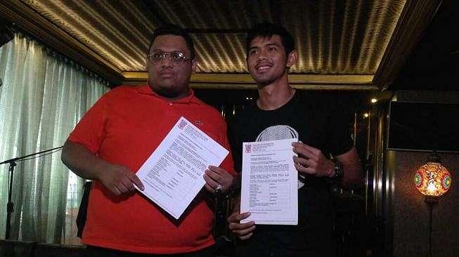 Presiden Borneo FC Nabil Husein bersama salah satu pemain Firdaus Ramadhan yang perpanjang kontrak. (Adie Prasetyo)