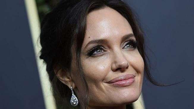 Gaya Kuncir Cepol Angelina Jolie. (AFP)