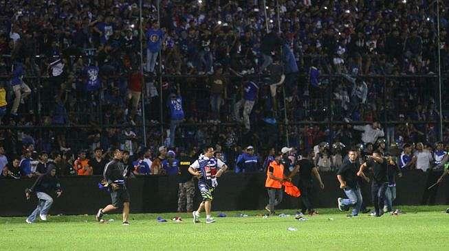 Ilustrasi: suporter memasuki lapangan saat terjadi kericuhan pada pertandingan antara Arema FC melawan Persib Bandung dalam Liga I di Stadion Kanjuruhan, Malang, Jawa Timur, Minggu (15/4). ANTARA FOTO/H Prabowo