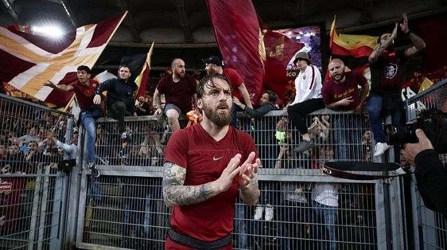 Pemain AS Roma Danielle De Rossi menyapa fans usai pertandingan leg kedua semifinal Liga Champions kontra Liverpool di Stadio Olimpico [AFP]