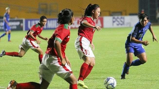 Pesepak bola Timnas Putri Indonesia Dhaniele Daphne (kedua kanan) berebut bola dengan pesepak bola Timnas Putri Thailand Khwanrudi Saengchan (kanan) saat pertandingan persahabatan di stadion Gelora Sriwijaya Jakabaring (GSJ), Palembang, Sumatera Selatan, Mingggu (27/5). ANTARA