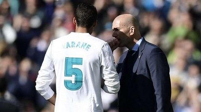 Pelatih Real Madrid Zinedine Zidane (kanan) berbicara dengan Raphael Varane. JAVIER SORIANO / AFP