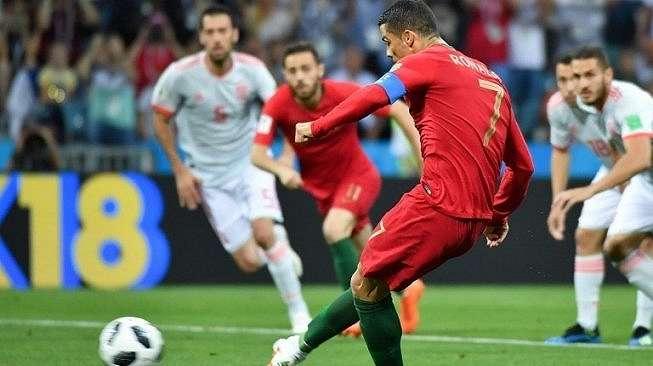 Cristiano Ronaldo melakukan tendangan dari titik penalti guna membuat Portugal unggul atas Spanyol. Nelson Almeida / AFP