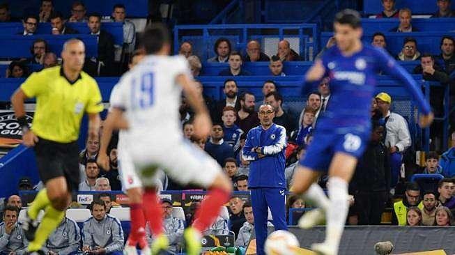 Pelatih Chelsea, Maurizio Sarri (tengah) menyaksikan dari touchline ketika timnya bertanding melawan Qarabag FK pada laga matchday 2 Grup L Liga Europa 2018/2019 di Stamford Bridge, Jumat (5/10/2018) dini hari WIB. [Ben STANSALL / AFP]