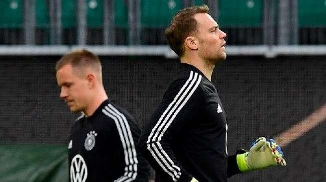 Dua Kiper timnas Jerman Manuel Neuer (kanan) dan Marc-Andre ter Stegen saat melakukan sesi latihan. Tobias SCHWARZ / AFP