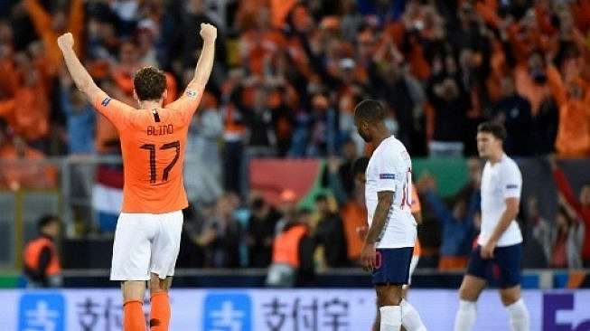 Bek Belanda Daley Blind merayakan kemenangan skuatnya atas Inggris di semifinal UEFA Nations League. MIGUEL RIOPA / AFP
