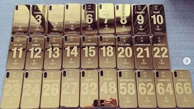 iPhone X berlapis emas untuk para pemain Liverpool. [Instagram/@idesigngold]
