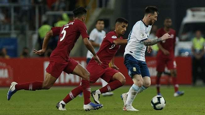 Kapten Timnas Argentina, Lionel Messi menggiring bola saat menghadapi Qatar pada Copa America 2019 di Stadion Gremio Arena, Porto Alegre, Brazil, Senin (24/6/2019) dini hari. (Jeferson Guareze / AFP)