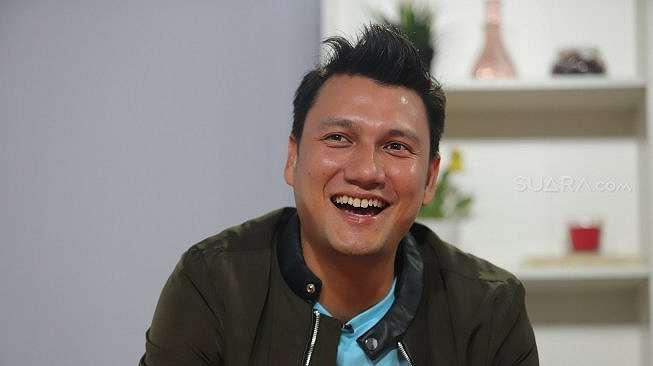 Aktor Christian Sugiono berpose saat berkunjung di kantor redaksi Suara.com, Jakarta, Rabu (26/6). [Muhaimin A Untung]