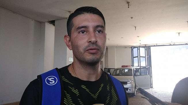 Winger Persib Bandung Esteban Vizcarra ditemui wartawan usai latihan di Sulanjana, Senin (15/7/2019) [Aminuddin]