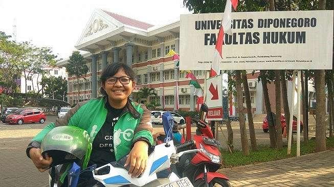 Leony Sondang Suryani, gadis 22 tahun yang juga berprofesi sebagai driver ojek online (ojol), baru saja lulus dari Fakultas Hukum Universitas Diponegoro (Undip) dengan predikat cum laude. [Adam Iyasa]