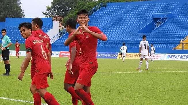Selebrasi para pemain timnas Indonesia U-18 usai membobol gawang Timor Leste dalam pertandingan Grup A Piala AFF U-18 2019 di Vietnam, Kamis (8/8/2019). [Dok. PSSI]