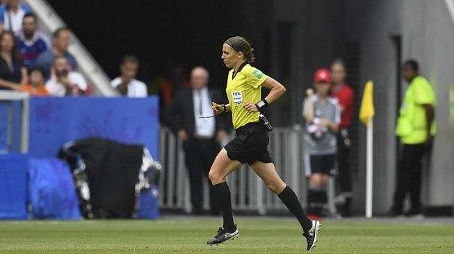 Stephanie Frappart, berlari mengecek VAR saat gelaran Piala Dunia Wanita 2019. (CHRISTOPHE SIMON / AFP)
