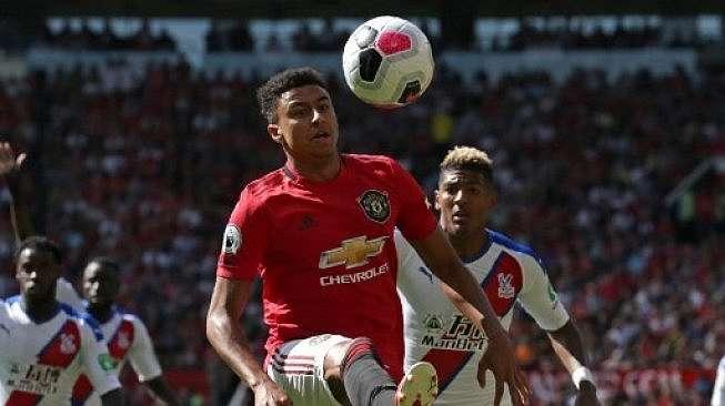 Pemain Manchester United Jesse Lingard mengecoh pemain Crystal Palace dalam pertandingan di Old Trafford, Sabtu (24/8/2019). [AFP]