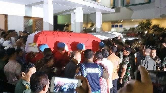 Jenazah Presiden ketiga RI, BJ Habibie, telah diberangkatkan dari RSPAD Gatot Soebroto, Jakarta Pusat, ke rumah duka, Rabu (11/9/2019) malam. [Fakhri Fuadi Muflih]