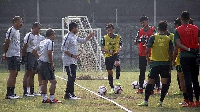 Pelatih timnas U-23 Indonesia, Indra Sjafri (keempat kiri) memberikan arahan saat latihan timnas U-23 Indonesia di Stadion Pajajaran, Bogor, Jawa Barat, Rabu (2/10/2019). Pelatih timnas U-23 Indonesia, Indra Sjafri memanggil 30 pemain guna persiapan mengikuti turnamen di China serta persiapan SEA Games 2019 yang akan berlangsung di Filipina pada November tahun ini. ANTARA FOTO/Yulius Satria Wijaya/hp.