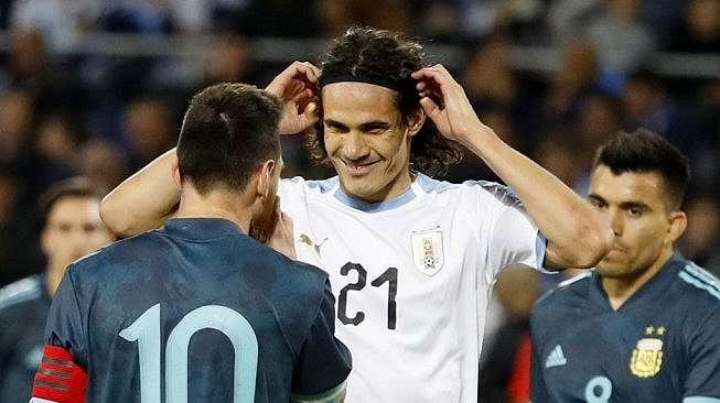 Lionel Messi terlibat adu mulut dengan Edinson Cavani pada laga persahabatan antara Argentina vs Uruguay di Tel Aviv, Israel, Selasa (19/11/2019) dini hari tadi. [JACK GUEZ / AFP]