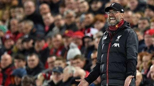 Manajer Liverpool Jurgen Klopp meneriaki pemainnya dari pinggir lapangan saat menghadapi Napoli di Anfield, Rabu (27/11/2019). [AFP]