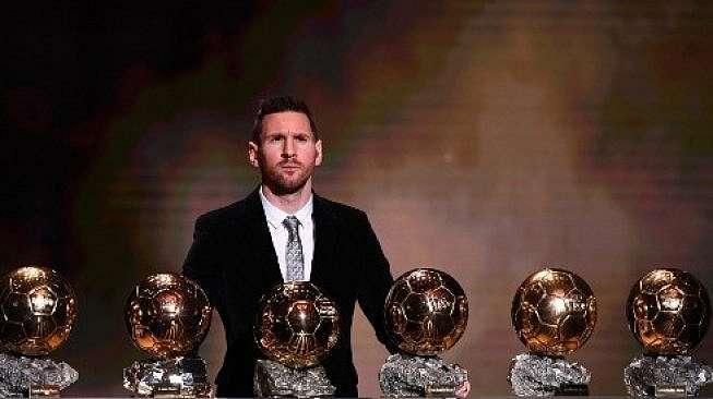 Bintang Barcelona, Lionel Messi membuat rekor setelah meraih trofi Ballon d'Or untuk keenam kalinya pada 2019 di Chatelet Theatre, Paris. (FRANCK FIFE / AFP)