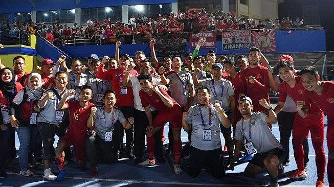 Ketua Umum PSSI Mochamad Iriawan (keenam kiri) berfoto bersama para pemain dan ofisial Timnas U-22 Indonesia usai mengalahkan Timnas Laos dalam pertandingan Grup B SEA Games 2019 di Stadion City of Imus Grandstand, Filipina, Kamis (5/12/2019). Timnas U-22 Indonesia berhasil melaju semifinal setelah mengalahkan Laos 4-0. ANTARA FOTO/Sigid Kurniawan