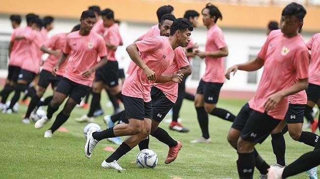 Sejumlah pesepak bola mengikuti seleksi pemain Timnas Indonesia U-19 di Stadion Wibawa Mukti, Cikarang, Bekasi, Jawa Barat, Senin (13/1/2020). Sebanyak 51 pesepak bola hadir mengikuti seleksi pemain Timnas U-19 yang kemudian akan dipilih 30 nama untuk mengikuti pemusatan latihan di Thailand. ANTARA FOTO/Hafidz Mubarak A