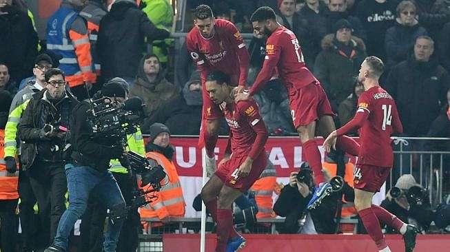 Para pemain Liverpool merayakan gol Virgil van Dijk (tengah) ke gawang Manchester United dalam laga pekan ke-23 Liga Inggris 2019/2020 di Anfield, Senin (20/1/2020) dini hari WIB. [Paul ELLIS / AFP]