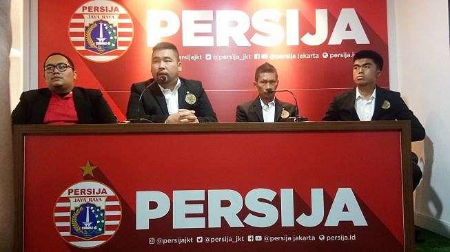 Direktur Pengembangan Persija Ganesha Putra (kedua kiri), Ismed Sofyan (kedua kanan), dan Muhammad Uchida (kanan) dalam jumpa pers kerja sama dengan klub La Liga Spanyol, Deportivo Alaves, Rabu (22/1/2020). (Suara.com / Adie Prasetyo Nugraha).