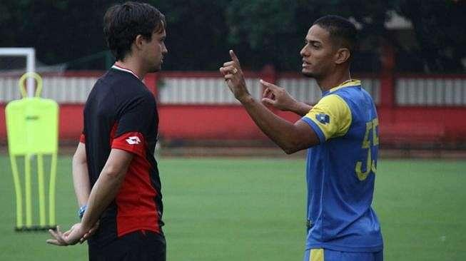 Gelandang serang Bhayangkara FC, Renan Silva (kanan) bersama sang pelatih, Paul Munster. [Laman resmi Bhayangkara FC]