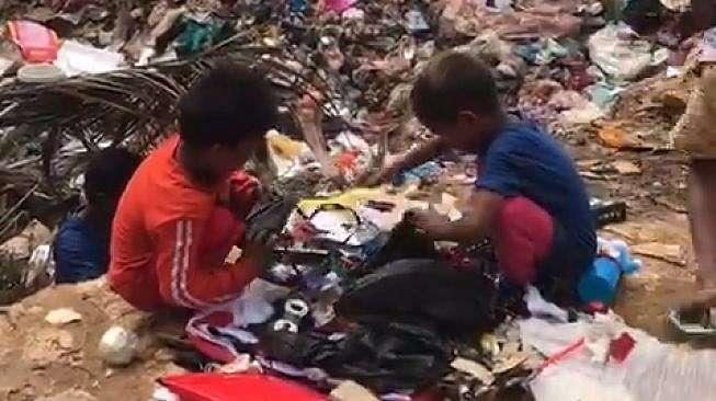 Bocah di Malaysia mengais mainan bekas di tumpukan sampah (ist)
