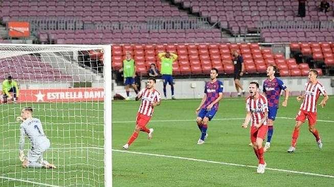 Gelandang Atletico Madrid Saul Niguez (kedua kanan) merayakan golnya ke gawang Barcelona dari titik penalti dalam lanjutan Liga Spanyol di Camp Nou. LLUIS GENE / AFP